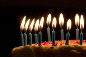 Blue_candles_on_birthday_cake
